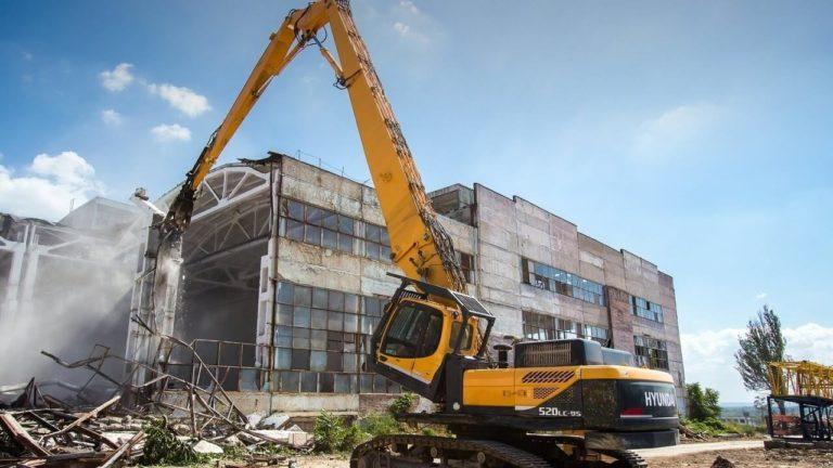 Автокран для демонтажа зданий