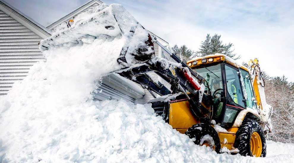 Уборка и вывоз снега экскаватором-погрузчиком и самосвалом